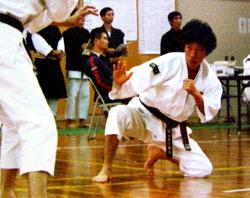 少林寺拳法の練習をする若い頃の山本社長