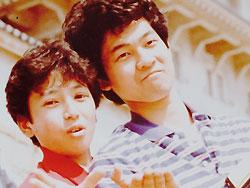 お笑いコンビを結成してテレビ番組に出演(本人左)