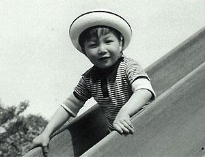 祖母に育てられた幼少期