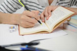 大学受験のため猛勉強に励む