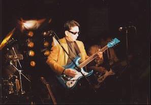 愛用のモズライト社のギターを演奏する櫻田会長