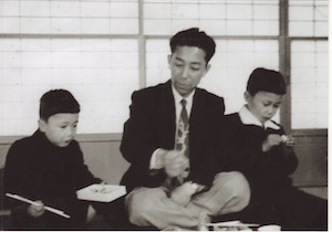 幼少期の櫻田会長(左)