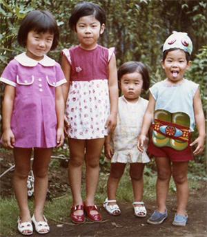 一番右の仮面ライダーが加賀田氏 2歳年上のお姉さま・近所の子と一緒に(左から2人目がお姉さま)
